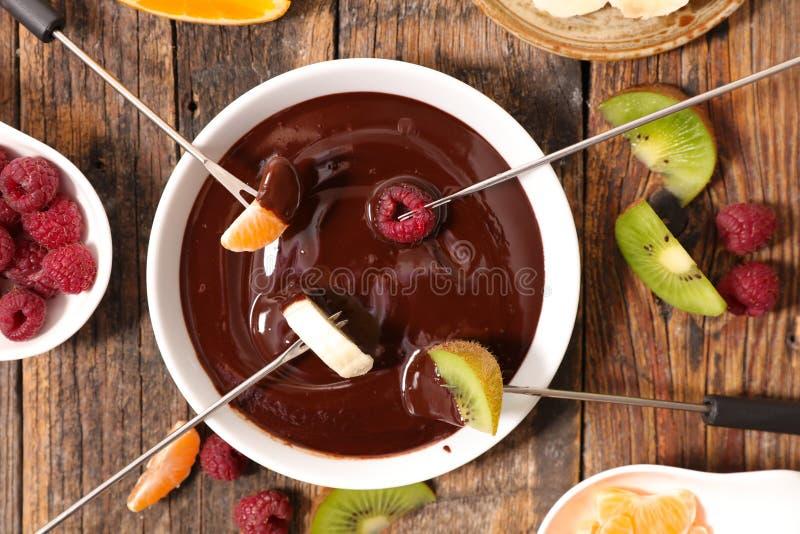 Fondue de chocolate com frutos imagens de stock royalty free