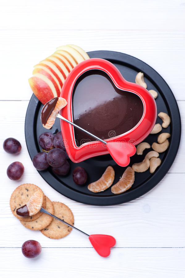 'fondue' de chocolate con las frutas Visión superior fotografía de archivo