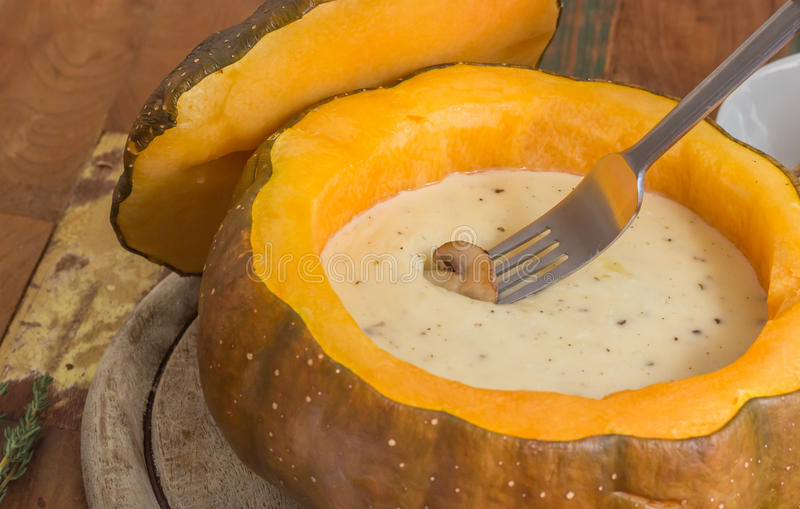 Fondue de queijo em uma abóbora roasted com cogumelo da castanha em um f imagens de stock royalty free