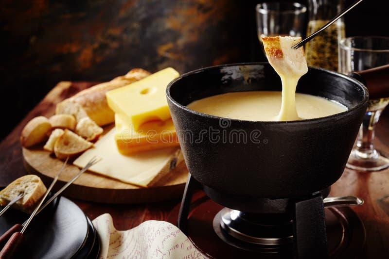 Fondue de queijo suíço tradicional saboroso imagens de stock royalty free
