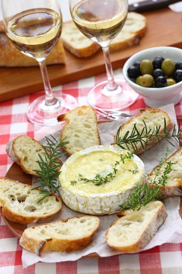 'fondue' de queso cocida del camembert foto de archivo