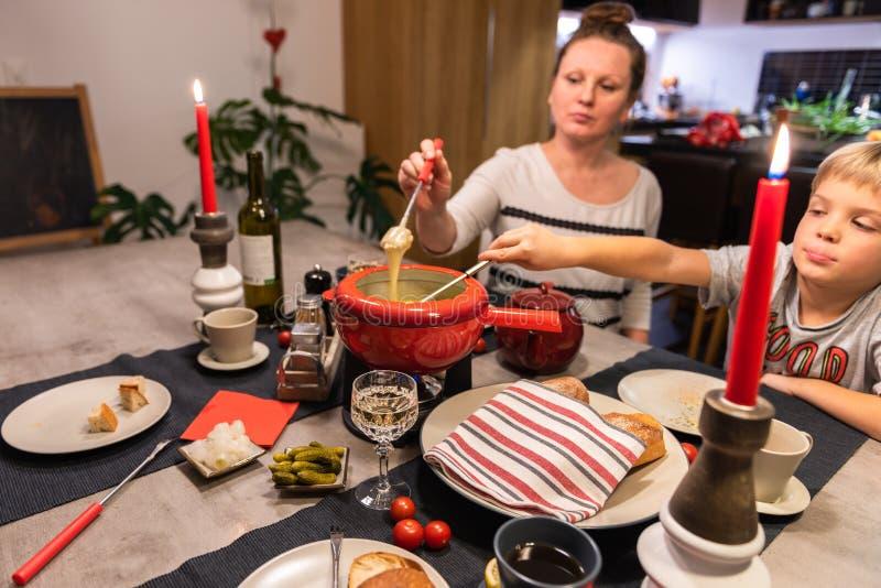 'fondue' de queso suizo imagenes de archivo