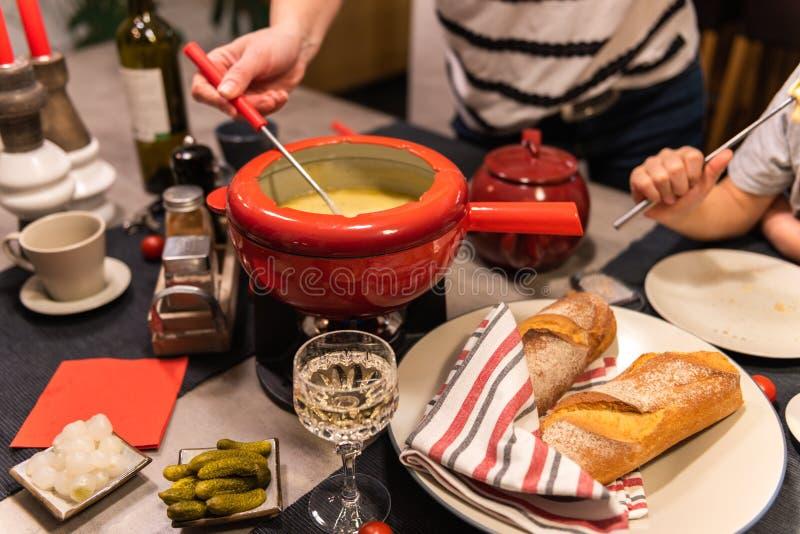'fondue' de queso suizo imagen de archivo