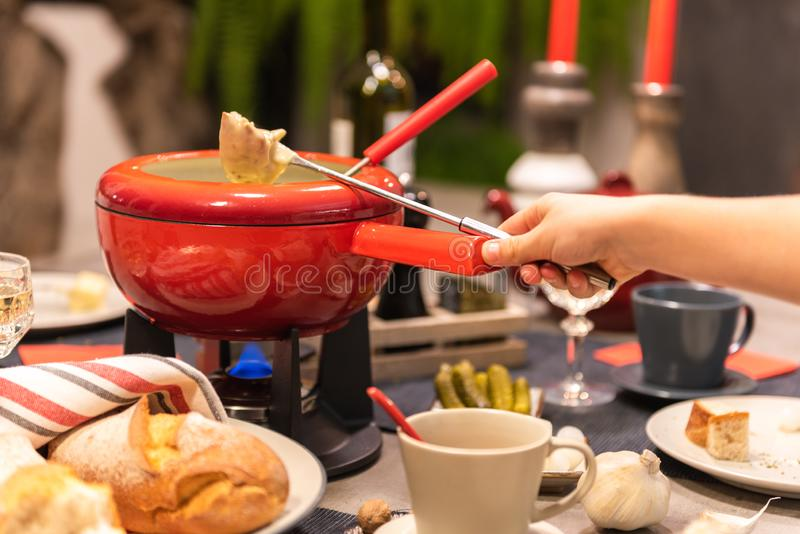 'fondue' de queso suizo imágenes de archivo libres de regalías