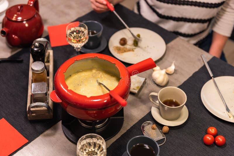 'fondue' de queso suizo fotos de archivo