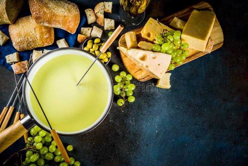 'fondue' de queso suizo clásica imagenes de archivo