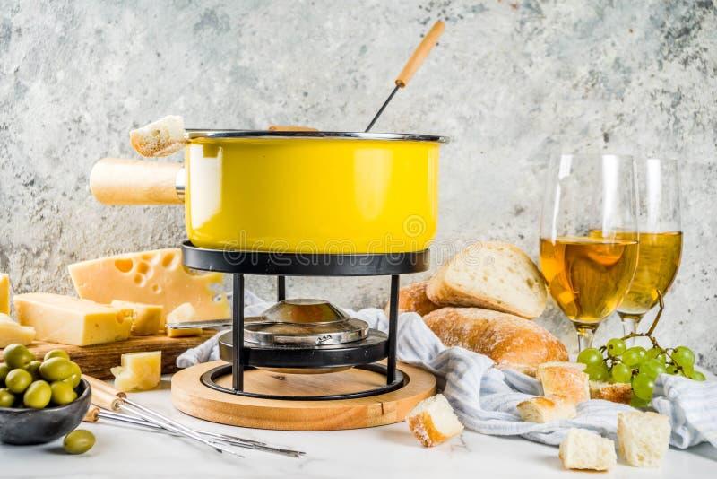 'fondue' de queso suizo clásica imagen de archivo libre de regalías