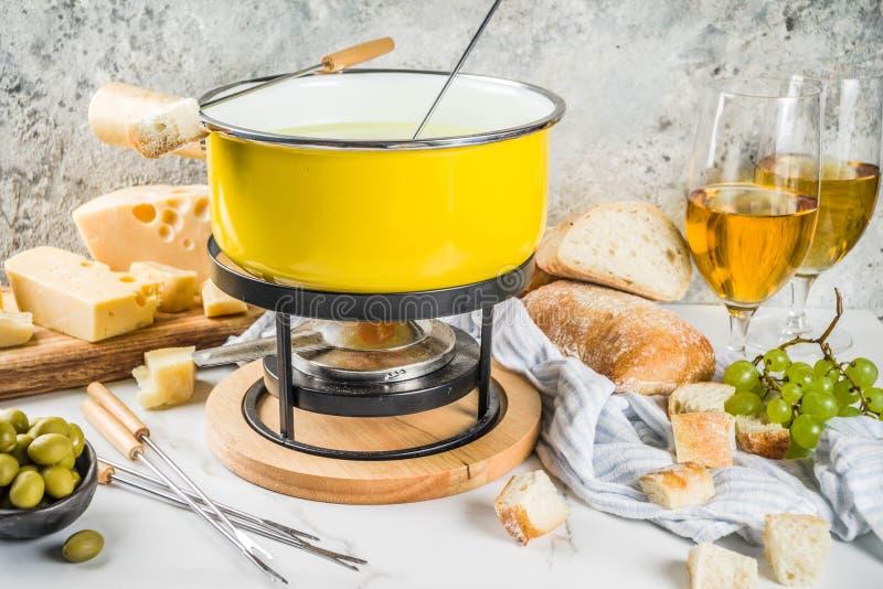 'fondue' de queso suizo clásica fotografía de archivo libre de regalías