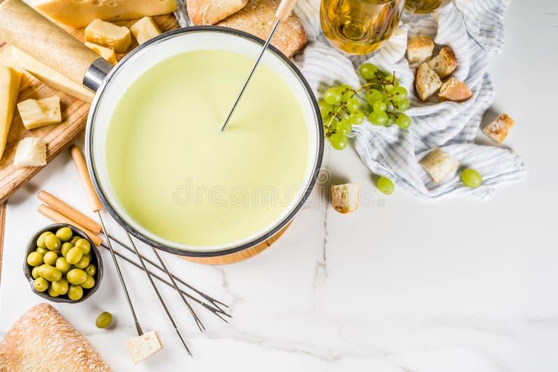 'fondue' de queso suizo clásica fotos de archivo