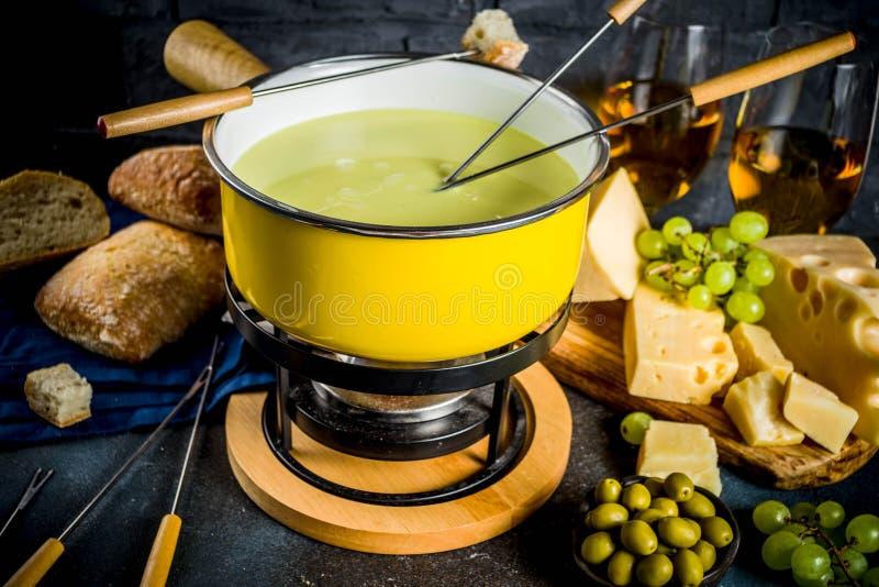 'fondue' de queso suizo clásica imágenes de archivo libres de regalías