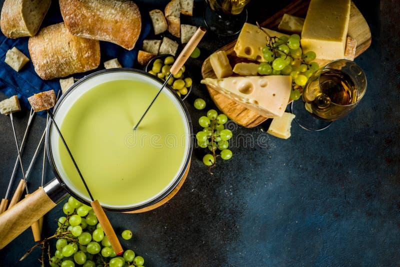 'fondue' de queso suizo clásica foto de archivo