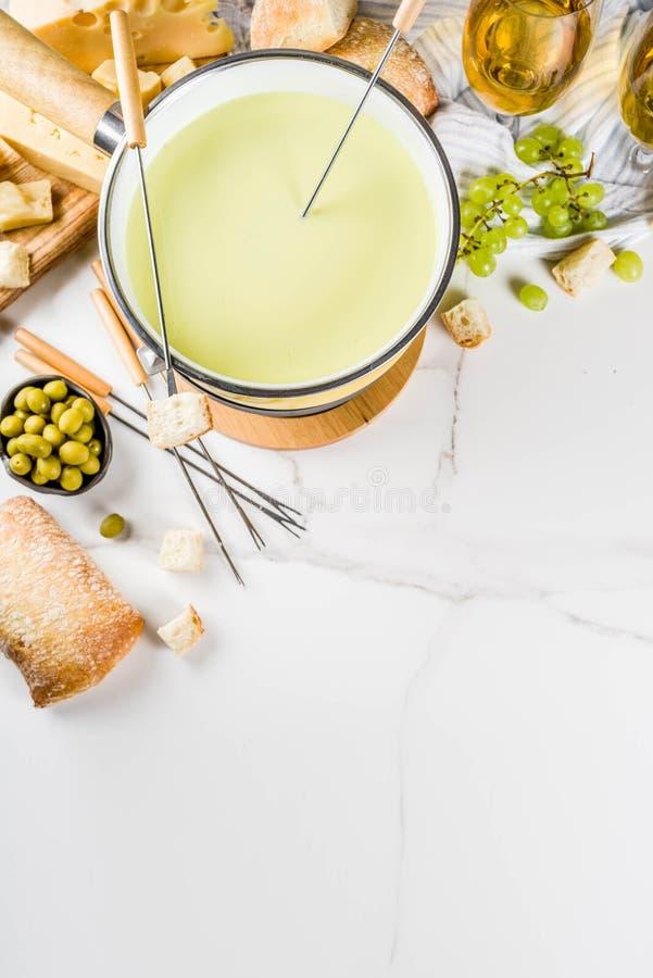'fondue' de queso suizo cl?sica fotografía de archivo libre de regalías