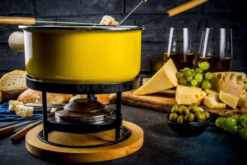 'fondue' de queso suizo cl?sica imagen de archivo