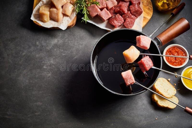 Fondue misturado da carne com tempero e mergulhos fotografia de stock royalty free