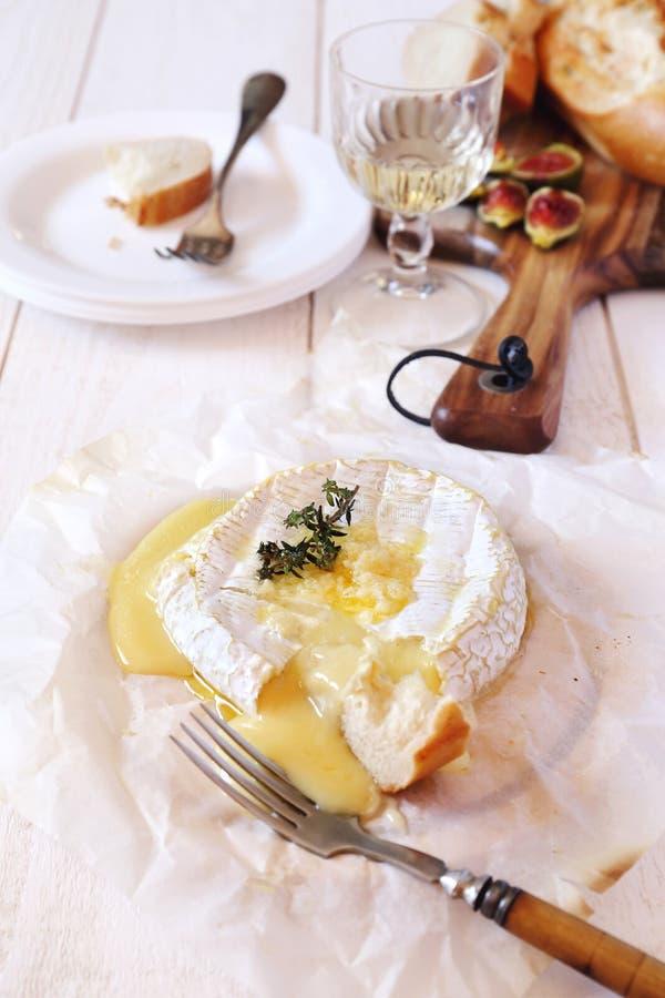 'fondue' y copa del camembert imagen de archivo libre de regalías