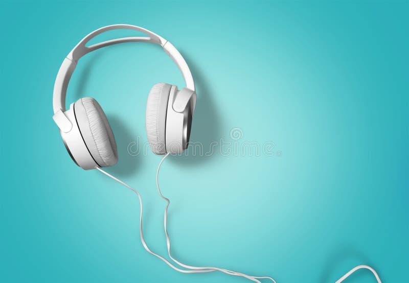 Fones de ouvido brancos modernos no fundo azul imagem de stock