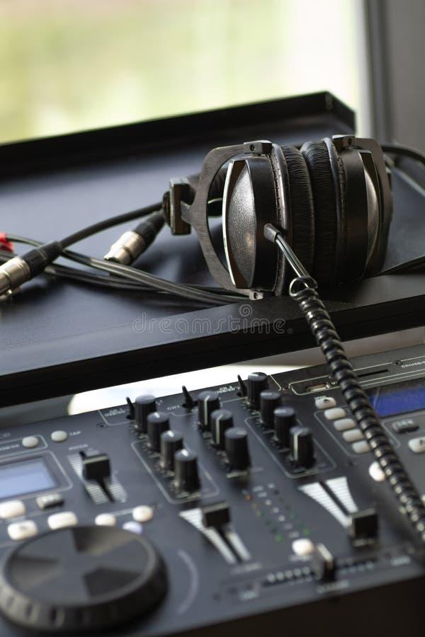 Fones de ouvido digitais de mistura do dispositivo eletrónico do console da música imagens de stock