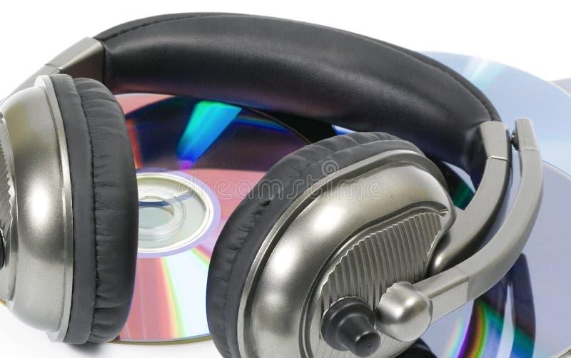 fones de ouvido do DJ na pilha do CD imagem de stock
