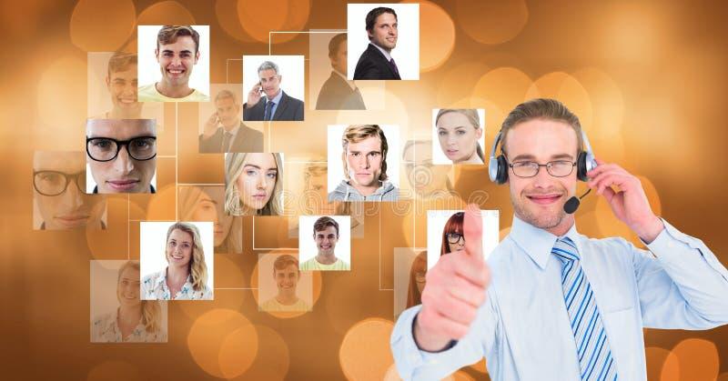Fones de ouvido do homem de negócios e mostrar polegares vestindo acima por gráficos do retrato foto de stock