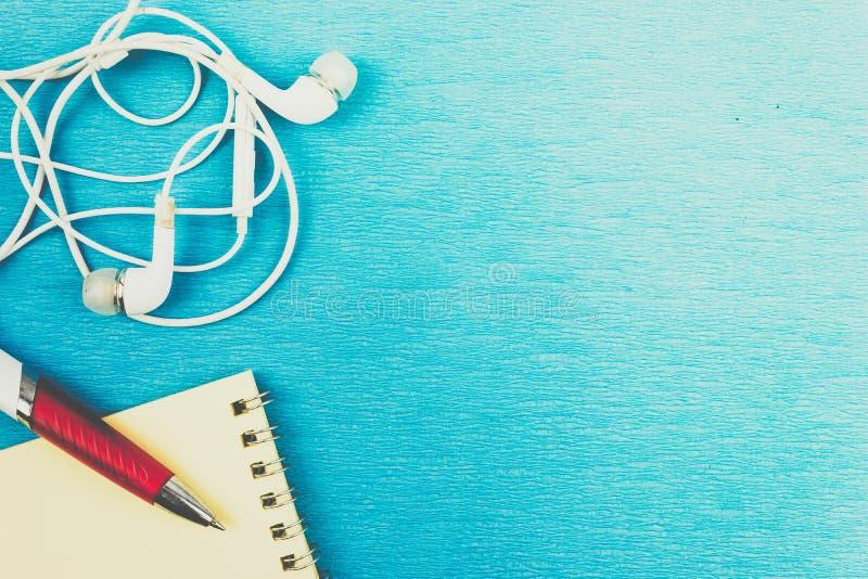 Fones de ouvido e fios brancos no fundo azul fotografia de stock royalty free