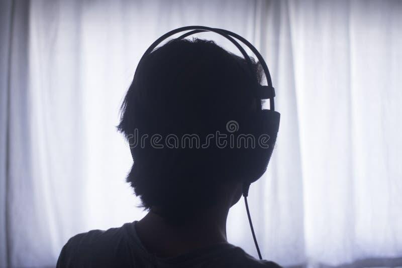 Fones de ouvido fêmeas da mulher do disco-jóquei do DJ imagem de stock royalty free