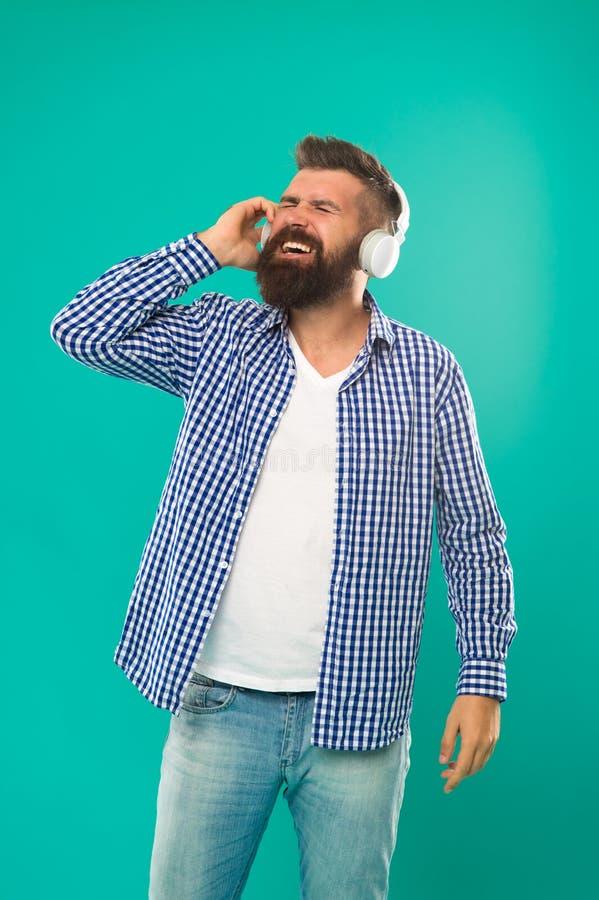 Fones de ouvido farpados do desgaste do moderno Som excelente Conceito da biblioteca de música Dispositivos que da tecnologia tod foto de stock