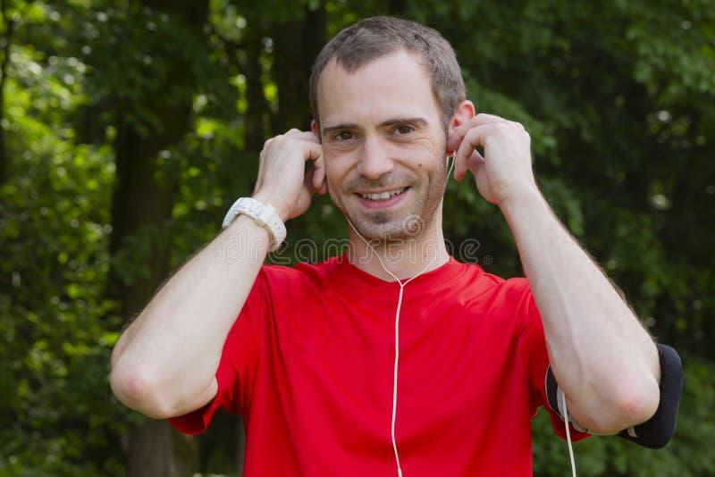Fones de ouvido postos nas orelhas fotos de stock