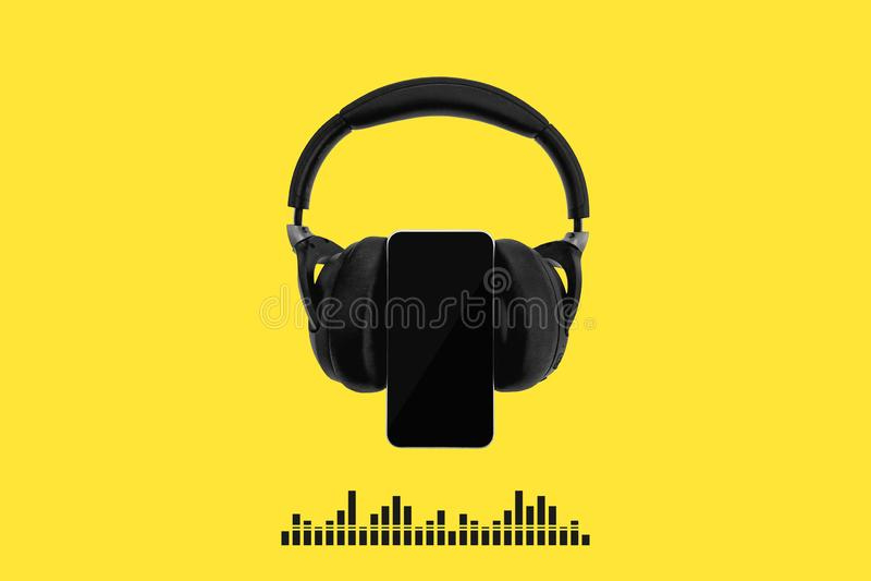Fones de ouvido sem fio pretos isolados no fundo amarelo com as ondas sadias do visualização do telefone celular e da música, bar ilustração royalty free