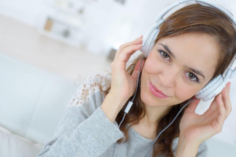 Fones de ouvido de sorriso da felicidade da mulher fotografia de stock royalty free
