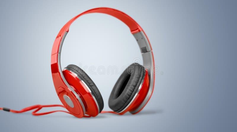 Fones de ouvido vermelhos modernos na tabela de madeira foto de stock royalty free