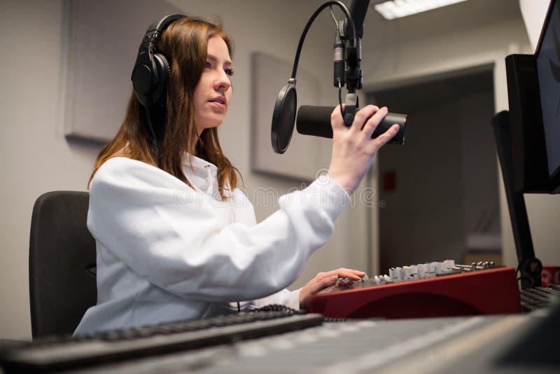 Fones de ouvido vestindo de Adjusting Microphone While do jóquei de rádio no St fotos de stock royalty free
