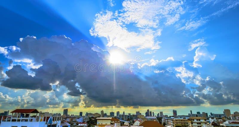 Fonkelingszon en wolken royalty-vrije stock foto