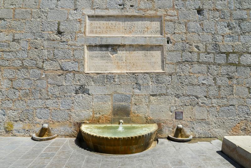 Font de Fora στο πόδι του προμαχώνα της Σάντα Μαρία σε Peniscola, Castellon, Ισπανία στοκ εικόνα