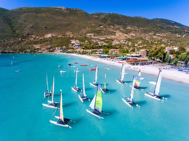 Font de la planche à voile les bateaux dans Vasiliki, île de Leucade Grèce Ioanian photos libres de droits
