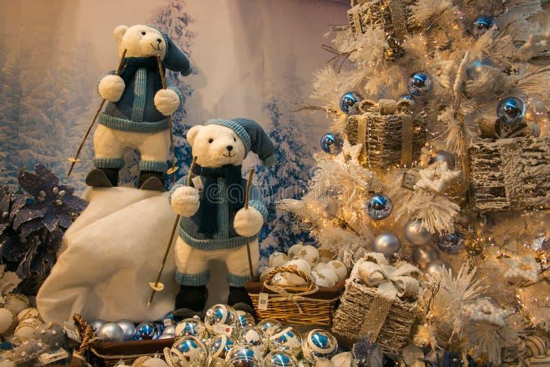 Font des emplettes avec l'arbre, les décorations et les ours de Noël dans le ` Elpidio de Sant une jument photos libres de droits
