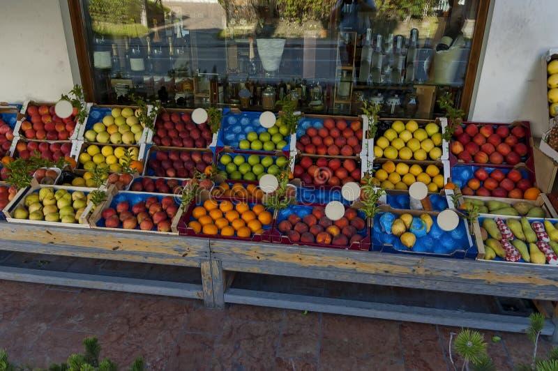 Font des emplettes avec le fruit frais sur la rue, la confiture et les boissons alcoolisées à l'intérieur, le ` Ampezzo, dolomite photographie stock libre de droits