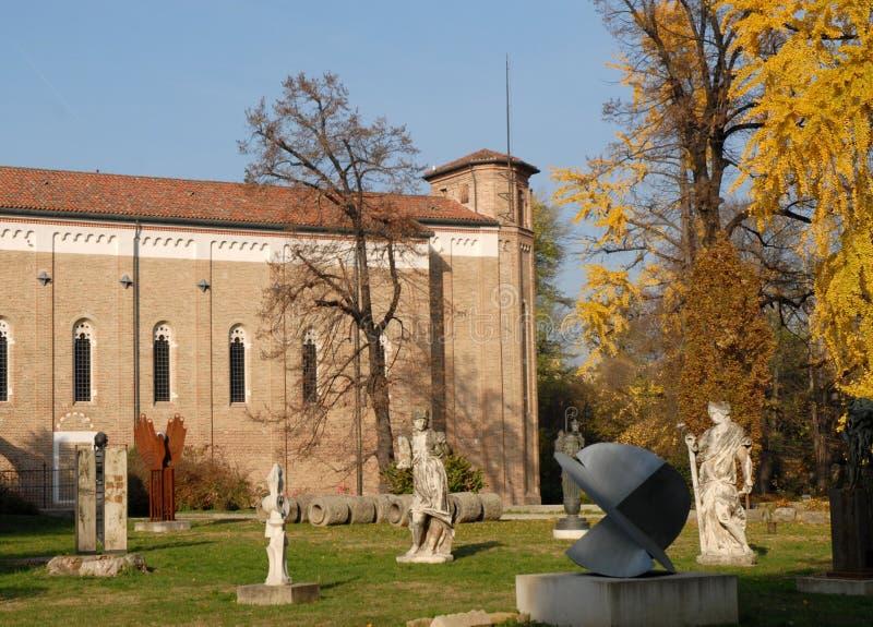 Font du jardinage avec des statues et sculptent Fanco la chapelle de Scrovegni à Padoue dans la région de Vénétie entre le ciel e images stock