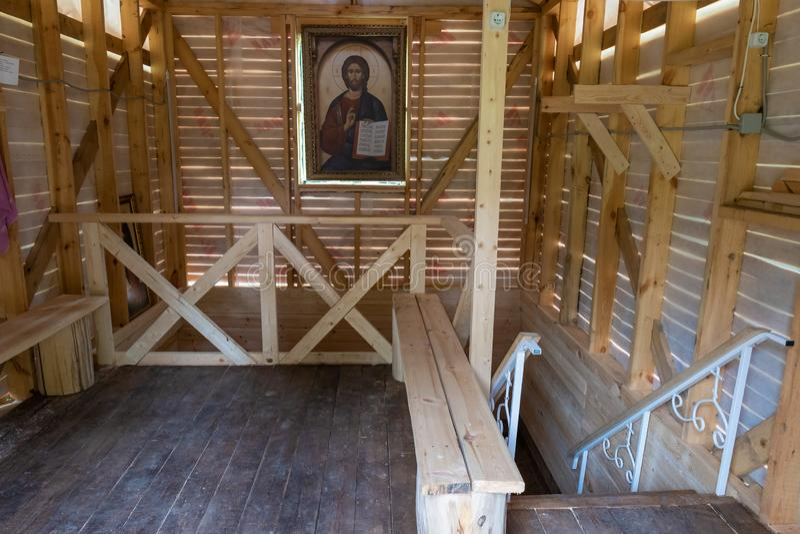 Font numa primavera sagrada em homenagem a João Batista na aldeia de Zlatoust, no distrito de Lezhnevsky, na região de Ivanovo imagem de stock royalty free