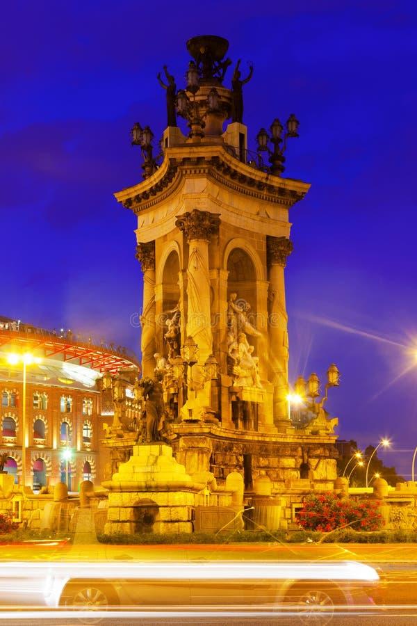 Fontain на квадрате Испании на Барселоне в ноче стоковые изображения