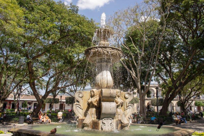 Fontain beim Central Park von Antigua, Guatemala stockfotos