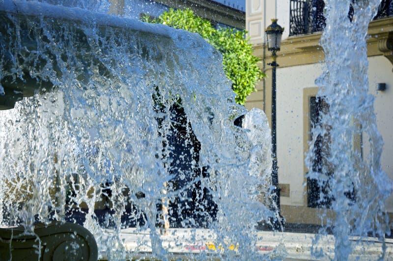 Fontain e a água espirram, horas de verão, fim acima fotografia de stock