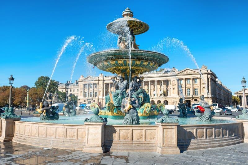 Fontain en la plaza de la Concordia en París imagenes de archivo