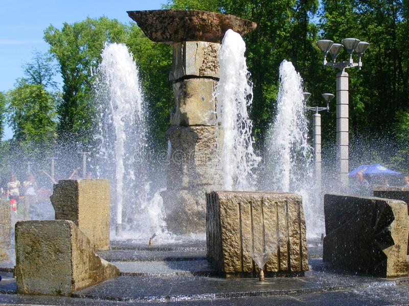 Fontain en parc de rivière à Minsk images libres de droits