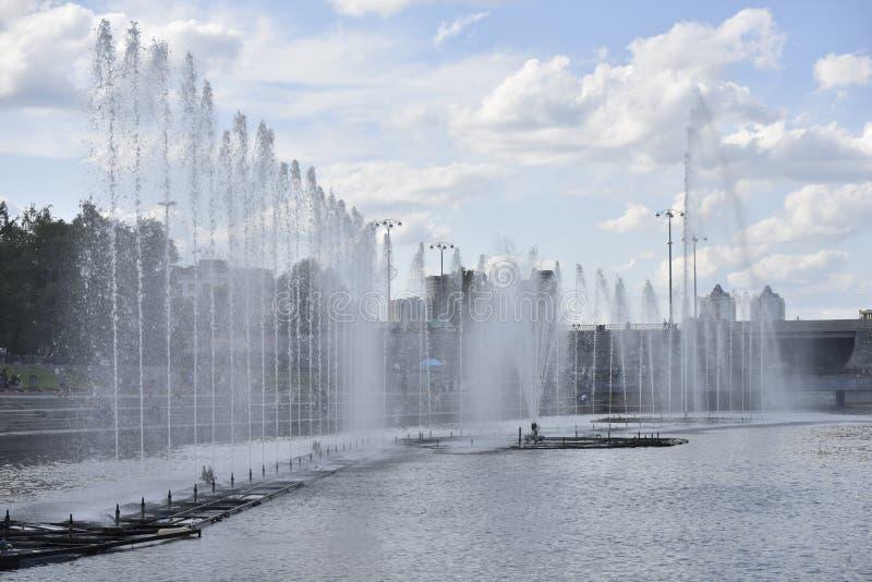 Fontain im zentralen Teil von Jekaterinburg-Stadt stockbilder