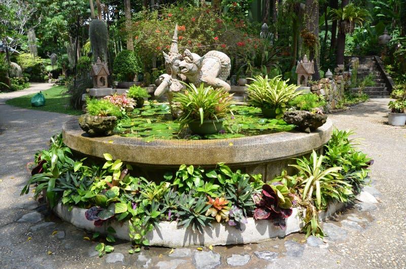 Fontain mit Blumen und Skulptur lizenzfreies stockbild