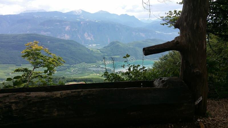 Fontain på ett berg royaltyfri bild