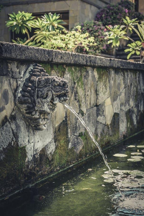 Fontain am Tempel auf Bali lizenzfreie stockfotos