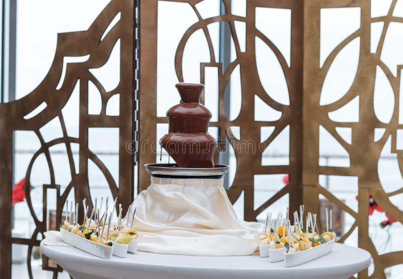 Fontaine étonnante de chocolat photographie stock libre de droits