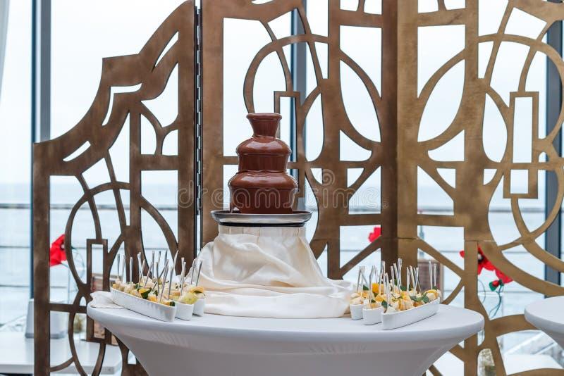 Fontaine étonnante de chocolat photos libres de droits