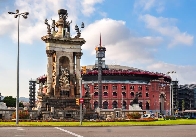 Fontaine au centre de la place de l'Espagne et de l'arène de Barcelone, Espagne photos stock